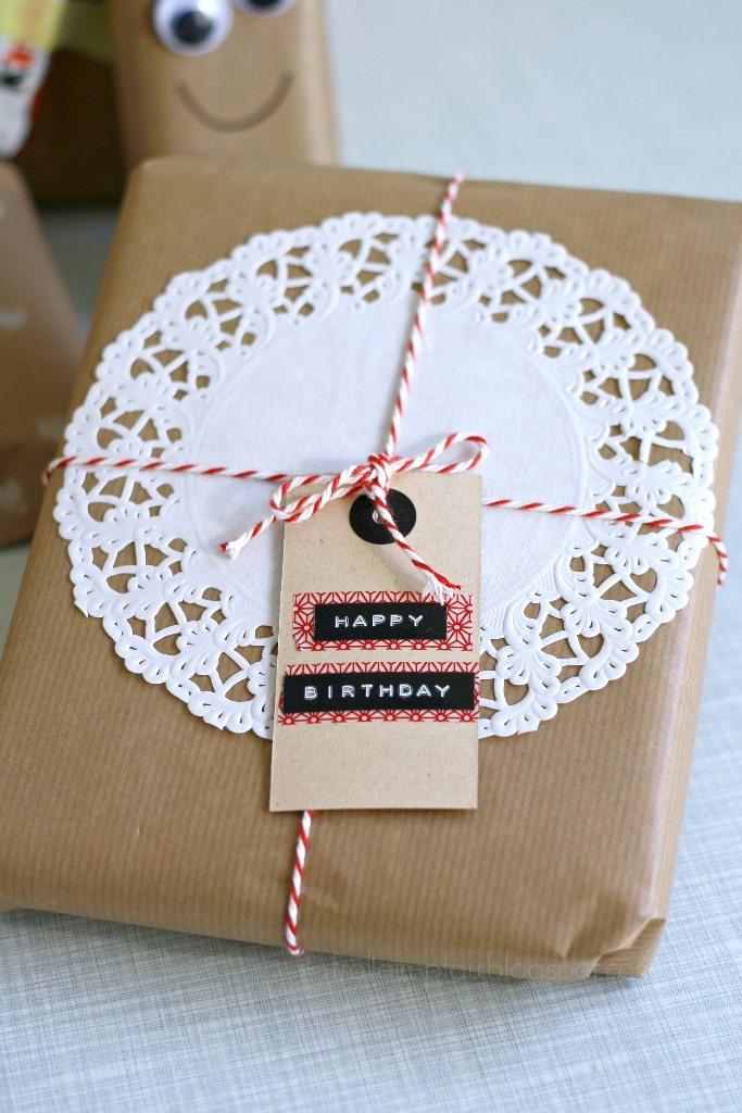 Bloggeraktion Mitmachaktion #12giftswithlove miss-red-fox Frollein Pfau, Geschenke kreativ verpacken mit Kraftpapier Tortenspitze und Bäckergarn, DIY Geschenkeverpackungen