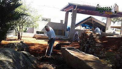 Bizzarri visitando uma obra e ajudando na marcação onde vamos fazer a escada de pedra folheta, o calçamento de pedra folheta com as guias de pedra e a execução do paisagismo em Itatiba-SP. 06 de dezembro de 2016.