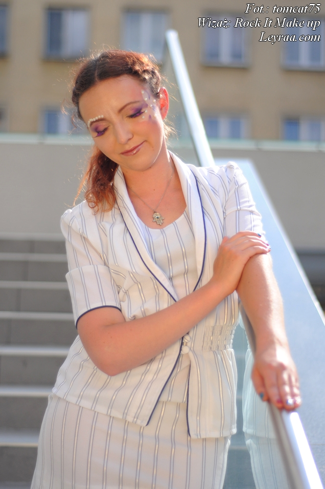 15.07.2017 Garsonka biała w niebieskie paski, szpilki na platformie, wisiorek Oko Proroka, Fantasy Make-up, Mielec