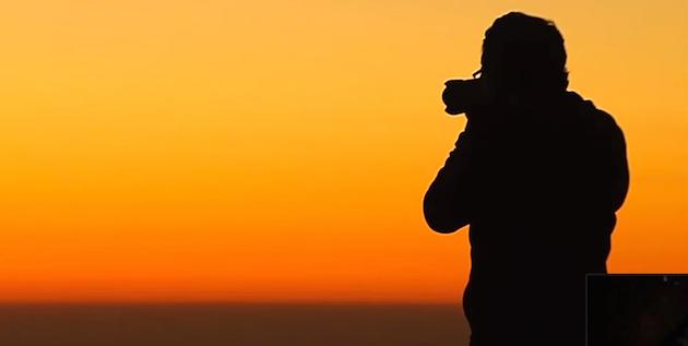 imagen a contraluz, fotógrafo ante el atardecer