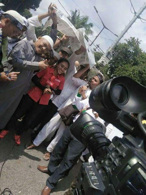 Foto Epik Jurnalis Dipayungi Peserta Aksi 112, TvOne: Alhamdulillah, Terima Kasih ya