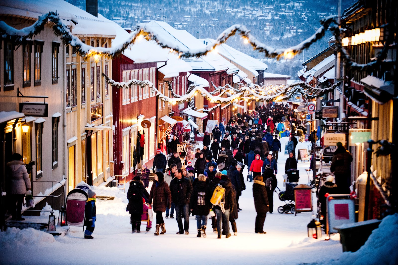 Christmas shopping at Røros. Photo: Thomas Rasmus Skaug - Visitnorway.com.