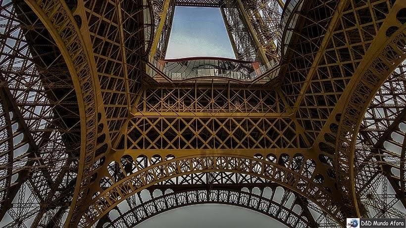 Chão de vidro no primeiro andar da Torre Eiffel - Como visitar a Torre Eiffel em Paris