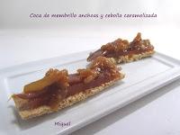 Coca de membrillo, anchoas y cebolla caramelizada