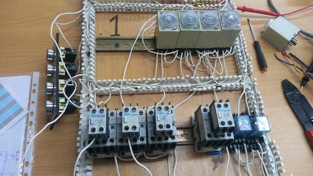 8- دائرة تشغيل ماتور يعمل 5 ثواني في اتجاه ثم يفصل ثانيتين ثم يعمل 5 ثواني في الاتجاه المعاكس ثم يفصل لمدة ثانيتين