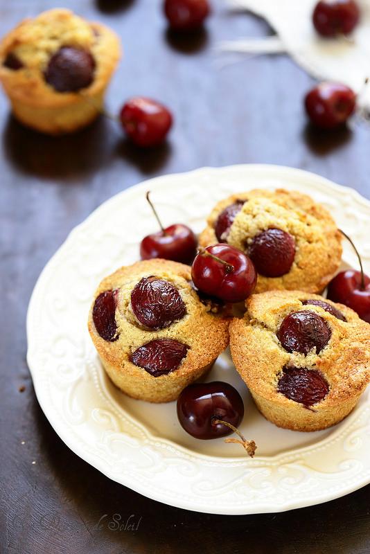 Gâteau ou petits gâteaux aux cerises et aux amandes