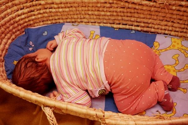 miesieczne dziecko śpi na brzuchu