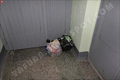В доме забился мусоропровод. Жильцы начали складывать мешки с отходами в коридоре