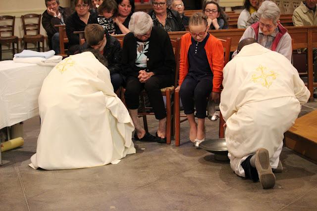 le prêtre lave les pieds comme le Christ