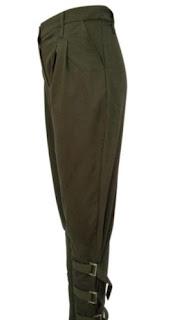 Pantalones hasta los tobillos con correas en las pantorrillas