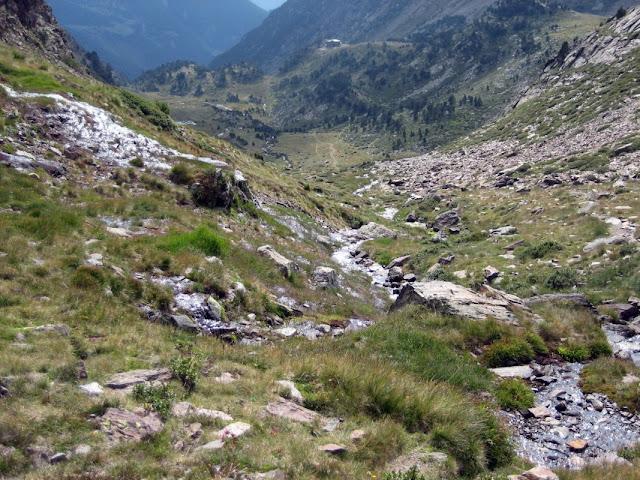 Seguint el curs del riu Comapedrosa. Al fons ja apareix el refugi