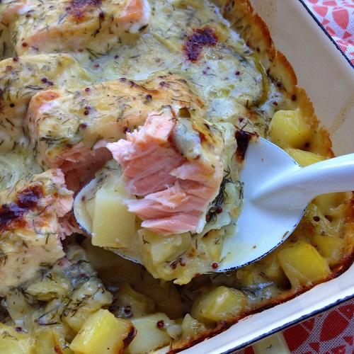 Ofen-Lachs auf Spitzkohl und Kartoffeln mit Dill-Senf-Sauce