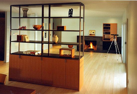 Tủ và kệ sách trở thành vách ngăn tốt nhất kèm theo đó là chức năng trang trí, cách điệu cho phòng khách.
