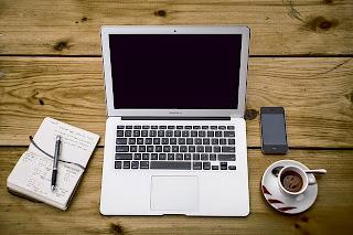 laptop, celular, café y notas