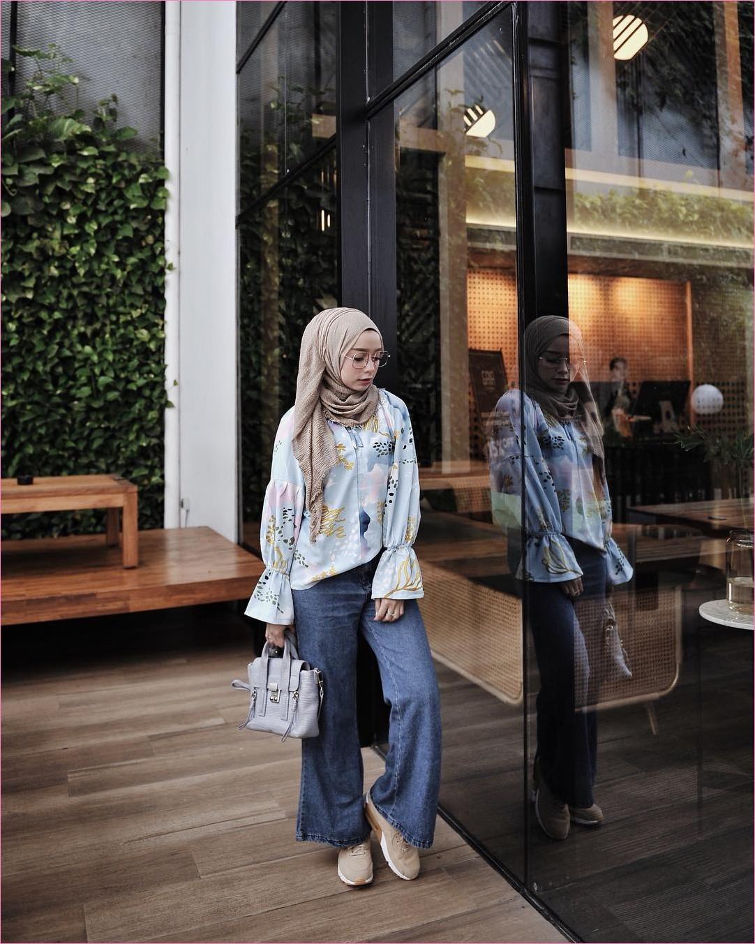 Outfit Kerudung Pashmina Ala Selebgram 2018 hijab pashmina rawis krem baju blouse lengan terompet biru muda celana jeans kulots denim kets sneakers handbags ungu pastel kacamata bulat ciput rajut ootd trendy kekinian hijabers cafe