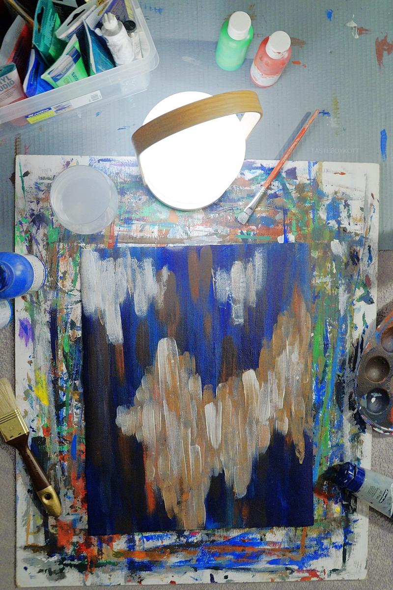Late Night Paining mit der FollowMe Tischleuchte von Marset; Abstrakte Malerei in blau/ weiß | Tasteboykott