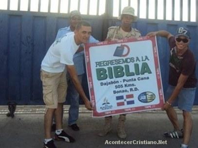 Jóvenes adventistas motivan a leer la Biblia