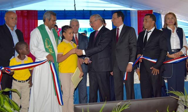 Presidente Danilo Medina entrega tres escuelas en Dajabón y un liceo a Santiago Rodríguez. 1,330 estudiantes beneficiados