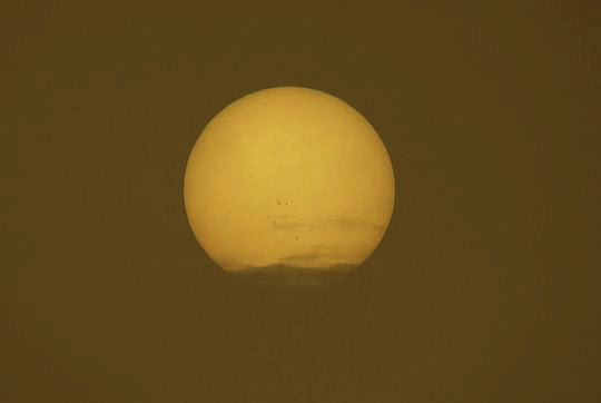 Tarcza słoneczna widoczna przez ziemską mgłę.