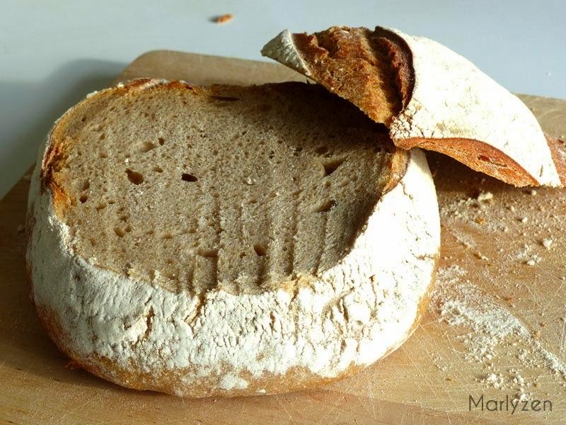 Coupez le chapeau de la boule de pain.