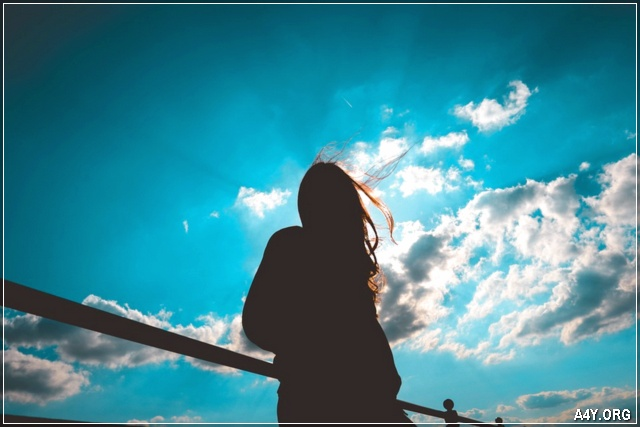 ảnh cô gái và bầu trời anh