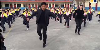 Διευθυντής δημοτικού σχολείου γίνεται viral για το νέο πρόγραμμα γυμναστικής του [βίντεο]