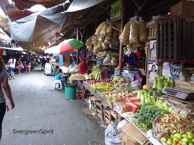 Vista del mercado en la población de Bangued (Filipinas) con variedad de frutas y verduras.