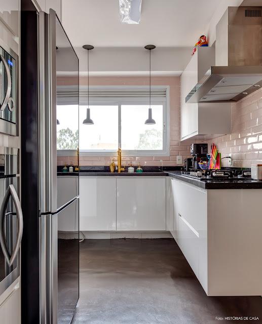 cozinha-com-azulejos-cor-de-rosa