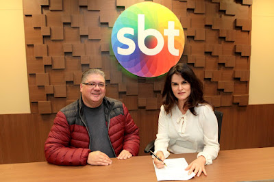 O Diretor de Produções Leon Abravanel ao lado de Danielle na assinatura do contrato (Crédito: Lourival Ribeiro/SBT)