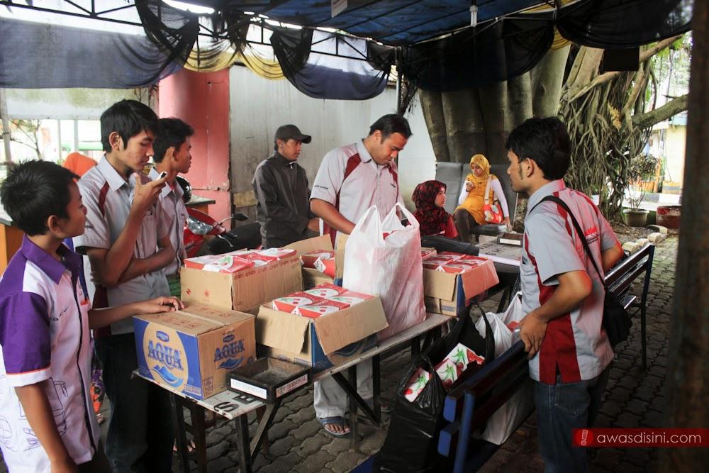 BMC bagi-bagi Ta'jil di Terminal Sukabumi - Bukber Bismania Community Sukabumi-Cianjur