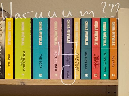 Buchrücken der Bücher von China Miéville in aufeinander abgestimmtem Design, zusammen mit dem neuesten Buch, das nicht mehr zum Design passt