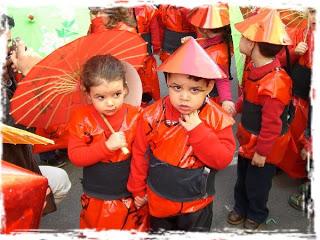 disfraz de china hecho con bosa de basura roja