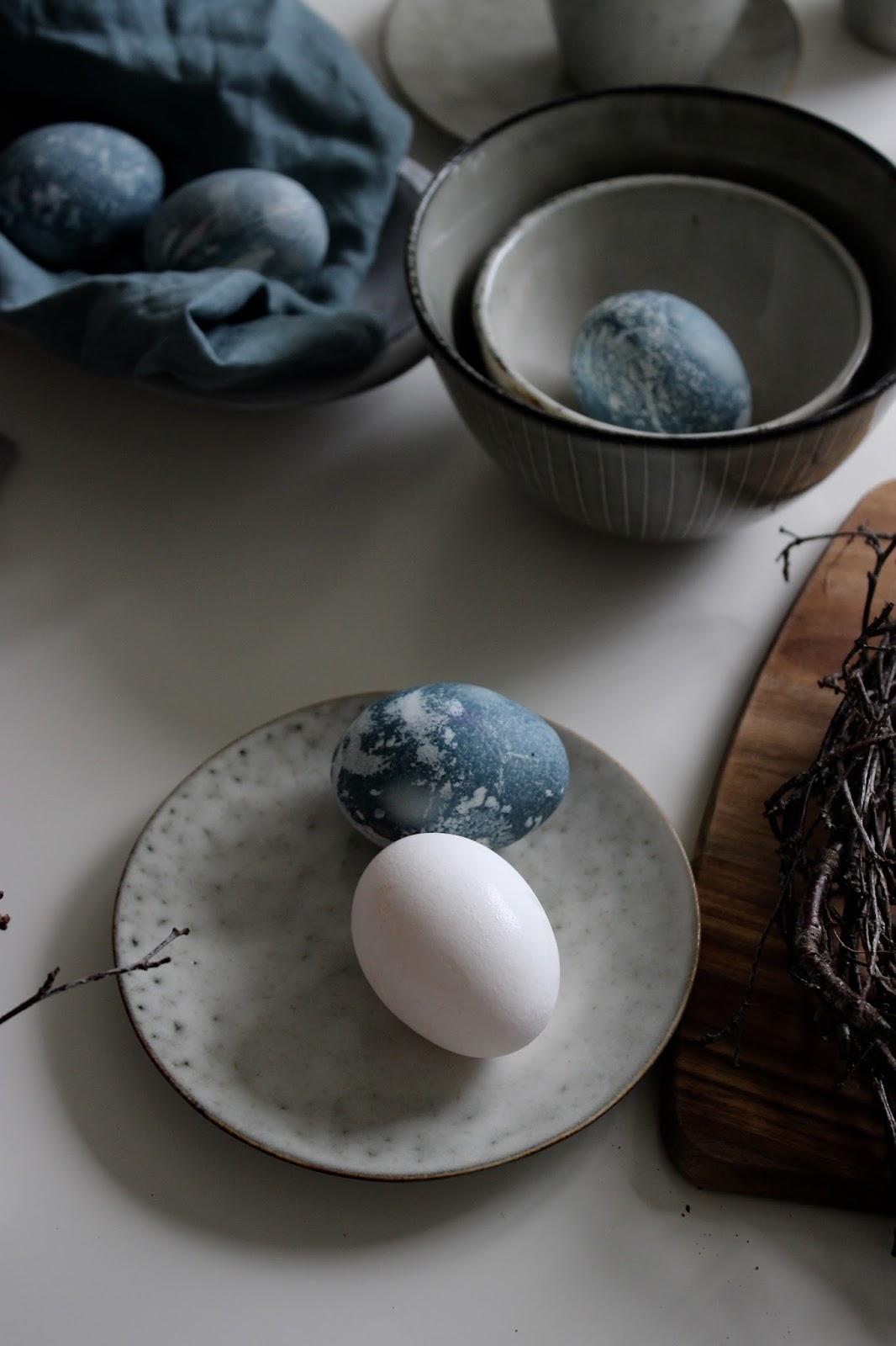 piazzan: färga ägg med blåbär