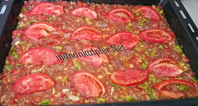 dilimlenmiş domates yerleştir