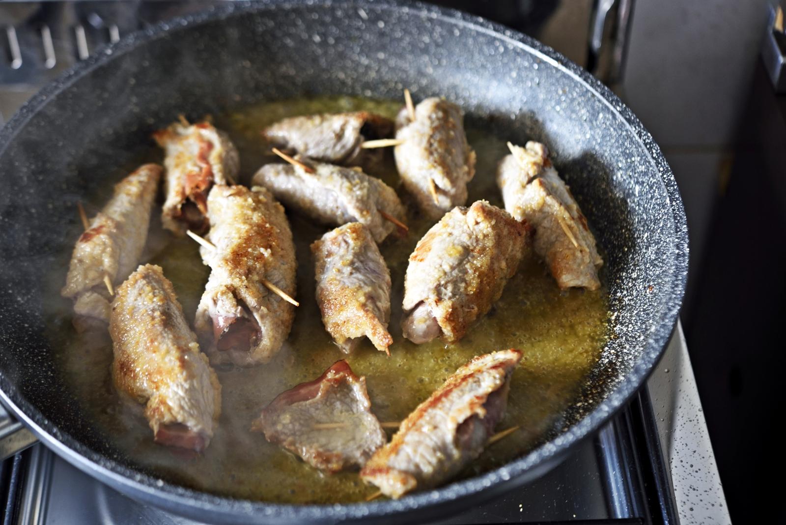 coprire la padella abbassare il fuoco e continuare a cuocere per altri 15 20 minuti girando gli involtini ancora una volta o due