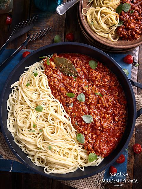 sos boloński, sos bolognese, szybki sos pomidorowy, sos do makaronu, oszukany sos bolognese, sos pomidorowy z kurczakiem, bolognese z kurczakiem, makaron z sosem, tani obiad, szybki obiad, kraina miodem płynąca