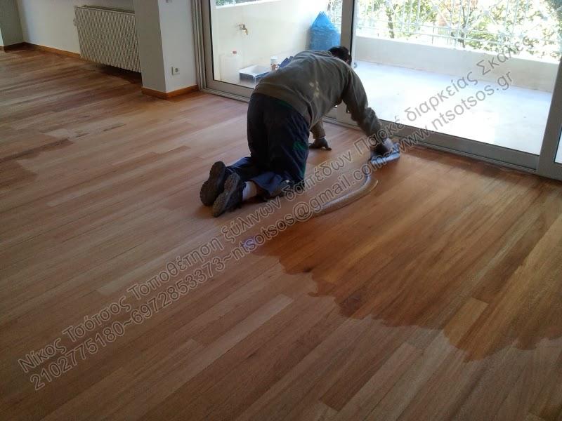 Στοκάρισμα σε ξύλινο πάτωμα