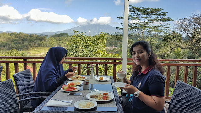 Menikmati breakfast di Puri Asri Hotel sambil memandang keindahan gunung Sumbing nun jauh disana dengan langit yang kebiruan dan awan yang menutupi puncaknya diiringi kicau burung bersahutan terbang bebas dialam yang menghampar luas itu nikmat tiada tara. (Dok.Pri)