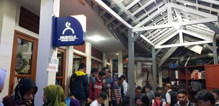 Mushola stasiun kereta api Bandung penuh sesak saat shubuh