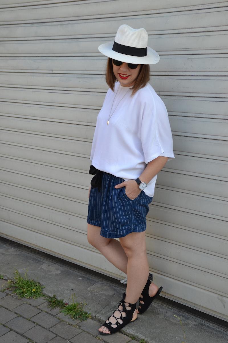 panama , blouse blanche H&M, clubmaster, short en coton rayé et médaille L'atelier D'amaya, sandales noires Boohoo et cainture noire