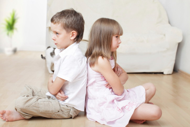 Cara Bijak Mengatasi Kakak Adik yang Sering Bertengkar