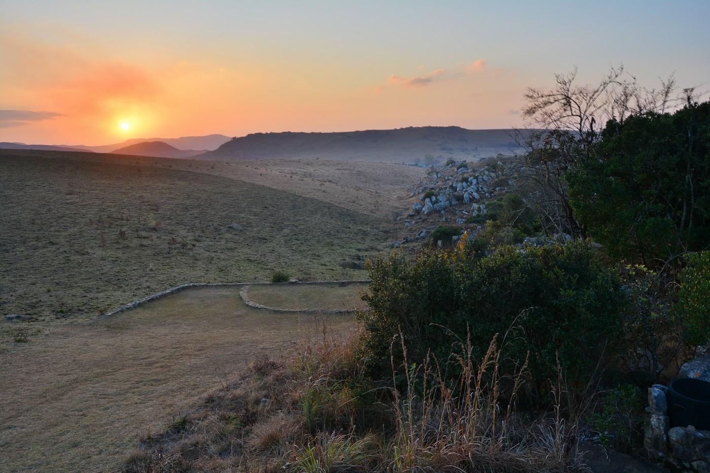 Coucher de soleil sur les collines à savane de la réserve.