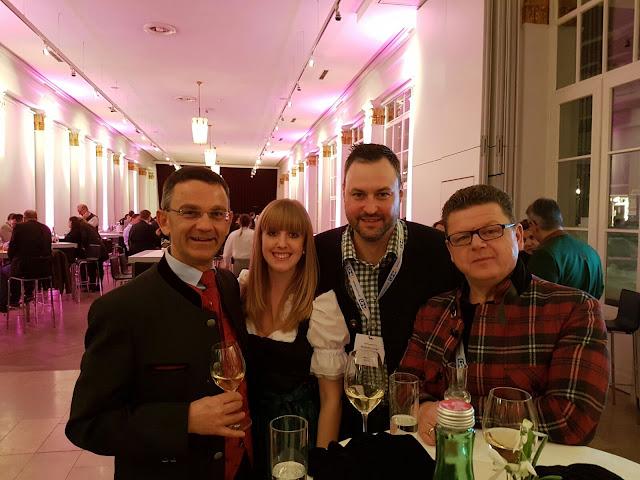 Josef Adelsbergre und Stefan Oberdacher mit Partnern und Freunden in der Trinkhalle Bad Ischl