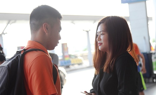 Phạm Đức Huy được người yêu đến tận sân bay tiễn.