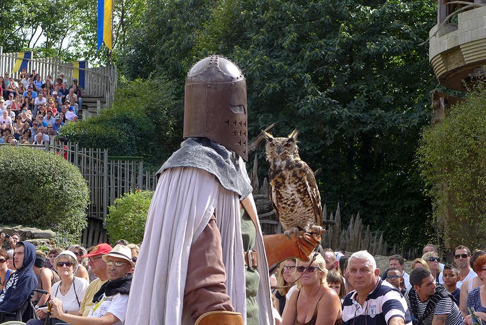 le chevalier et son hibou au bal des oiseaux du puy du fou