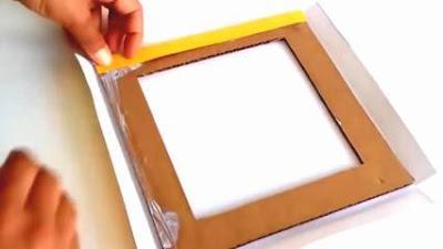 Rekatkan kertas pada kardus