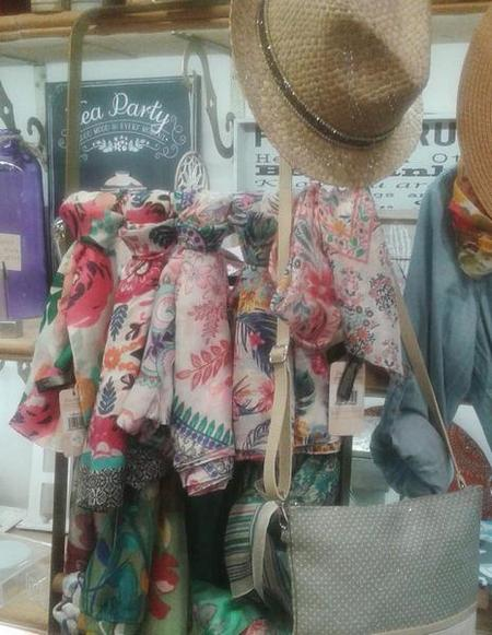 Fulares de seda natural, sombrero paja, bolso asa larga.