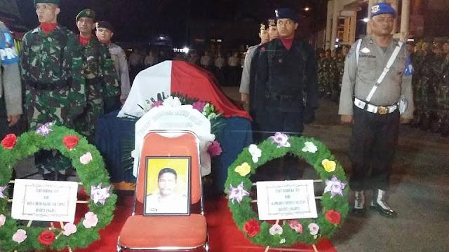 Setelah Upacara Adat 12 Jam, Upacara Militer Iringi Pemakaman Ipda (Anumerta) Martua Sigalingging