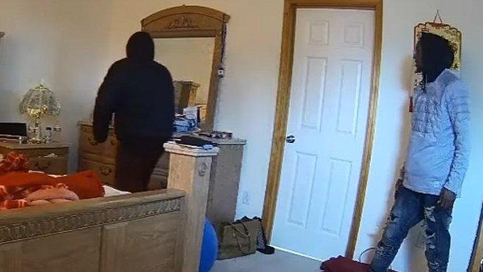 Entro a su casa y se encontro dos ladrones