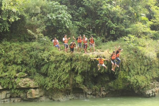 foto lompat dari tebing di air terjun sri gethuk jogja